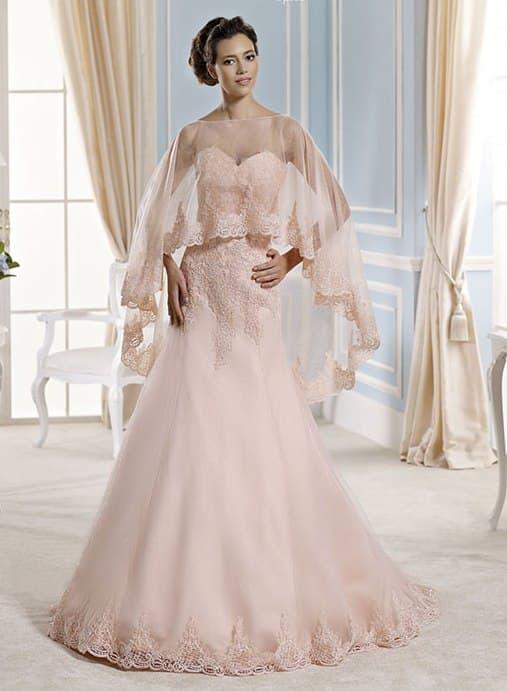 Розовое свадебное платье «рыбка» с оригинальной полупрозрачной накидкой.