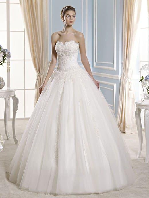 Свадебное платье с деликатным декором кружевом и многослойным низом.