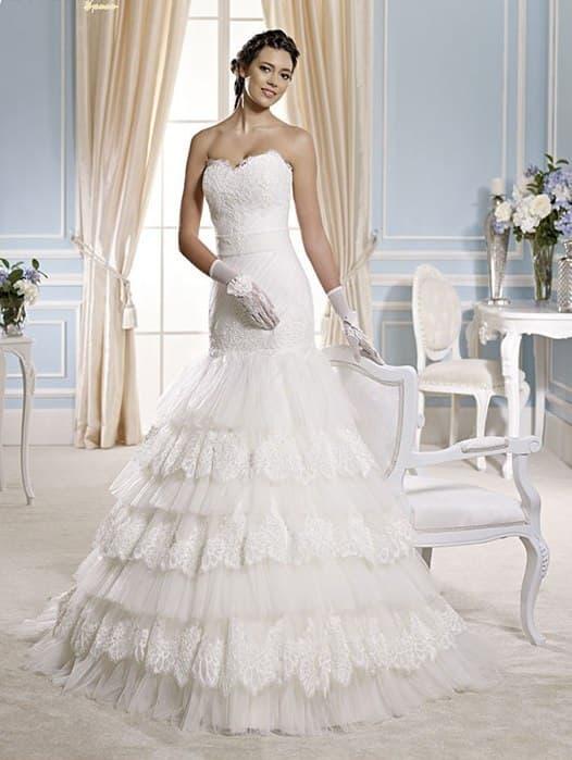 Свадебное платье «рыбка» с кружевными оборками по нижней части подола.