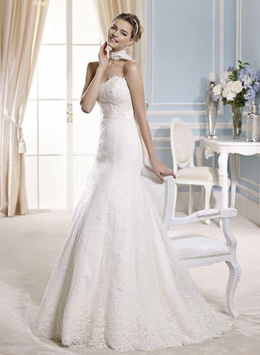 Нежное свадебное платье «принцесса» с заниженной талией, украшенное кружевом.