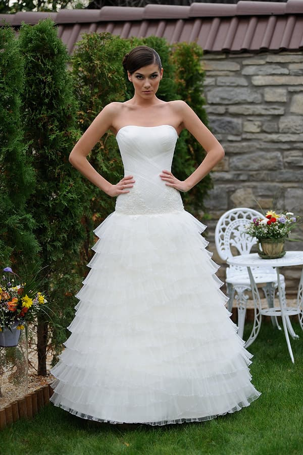 Свадебное платье с заниженной талией и множеством легких уровней ткани по юбке.