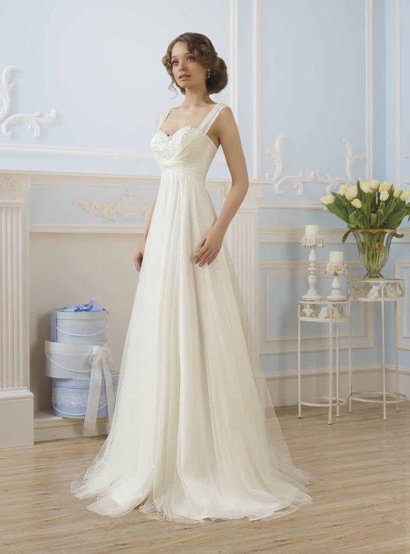 Деликатное свадебное платье «колонна» с элегантным лифом и легким шлейфом сзади.