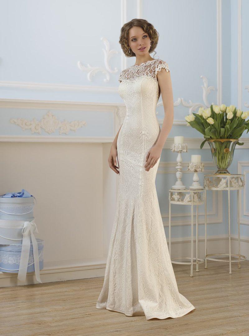 Женственное свадебное платье с кружевной вставкой над лифом, с коротким рукавом и открытой спинкой.