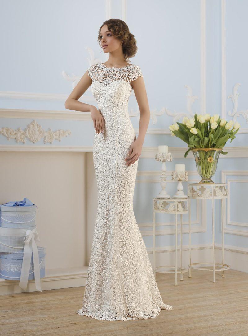 Облегающее свадебное платье с открытой спинкой и декором кружевной тканью по всей длине.