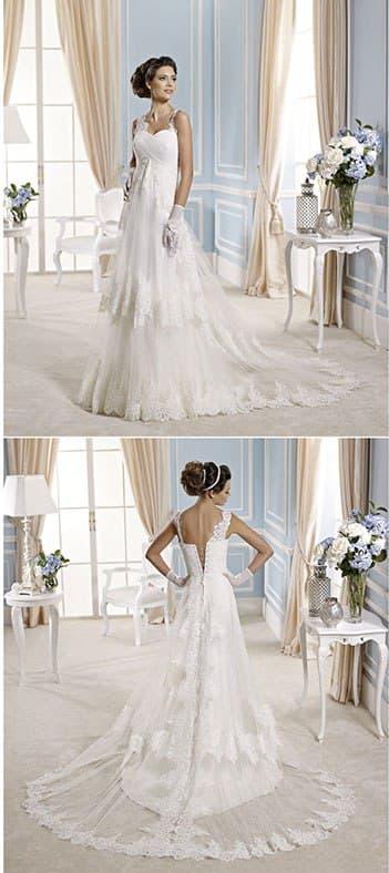 Свадебное платье с завышенной талией и прозрачной верхней юбкой с кружевным декором.