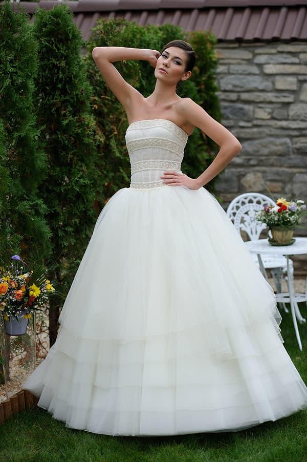 Пышное свадебное платье с горизонтальными полосами отделки по корсету.