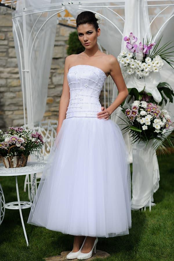 Пышное свадебное платье чайной длины с декольте прямого кроя.