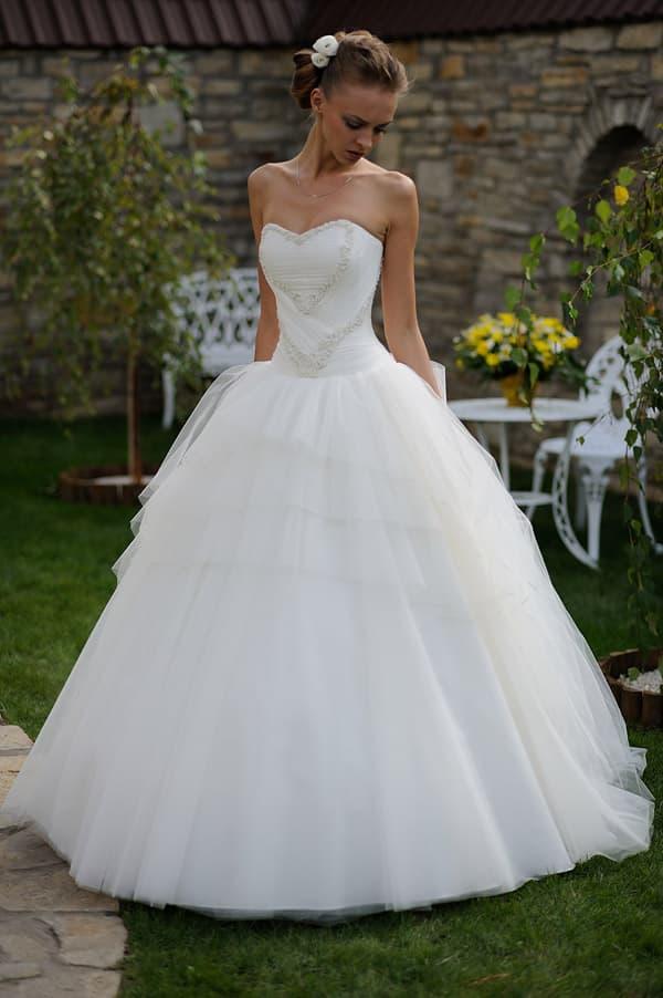 Лаконичное свадебное платье пышного силуэта с изящной отделкой корсета.