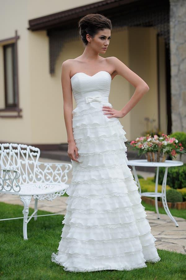 Нежное свадебное платье с лифом в форме сердца и оборками, дополненными кружевом.