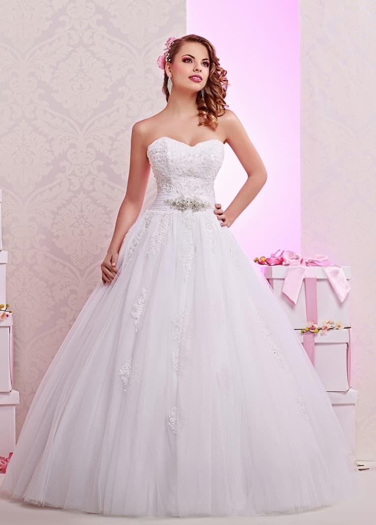 Традиционное свадебное платье с фактурным открытым корсетом и роскошной юбкой.