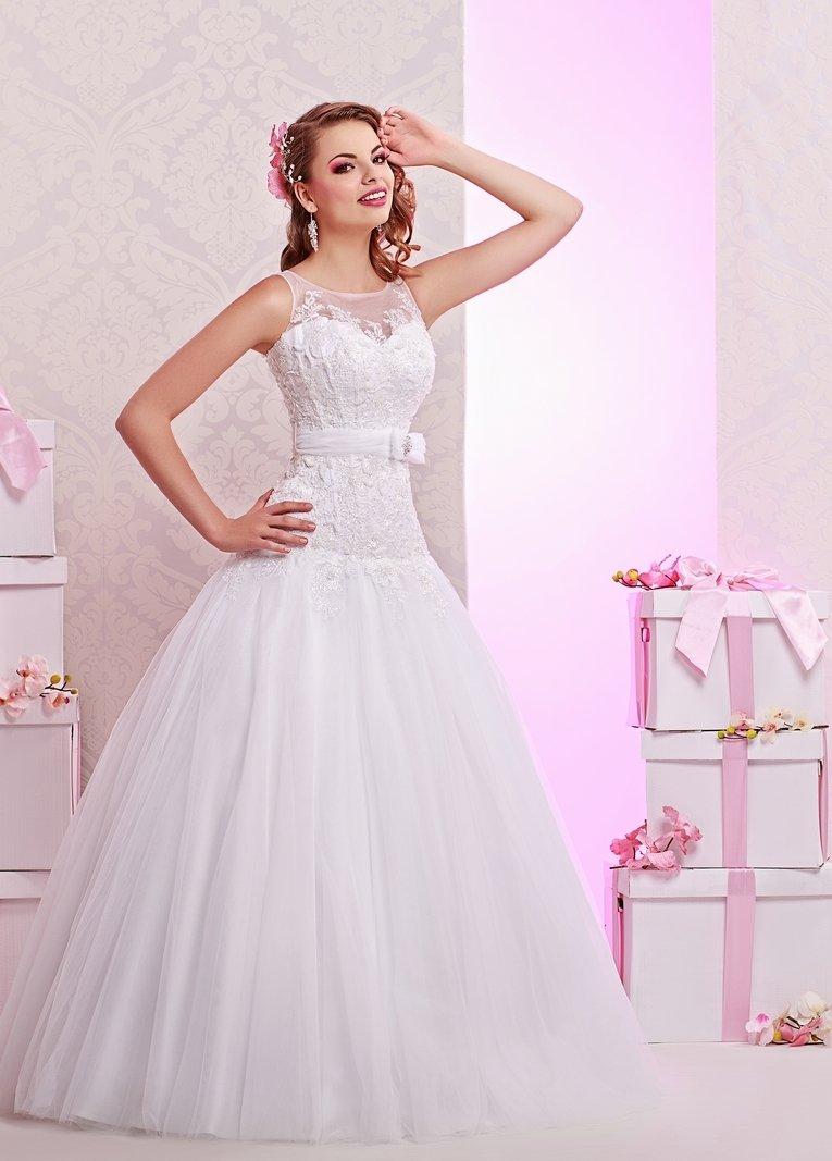 Романтичное свадебное платье с кружевным верхом с заниженной талией.