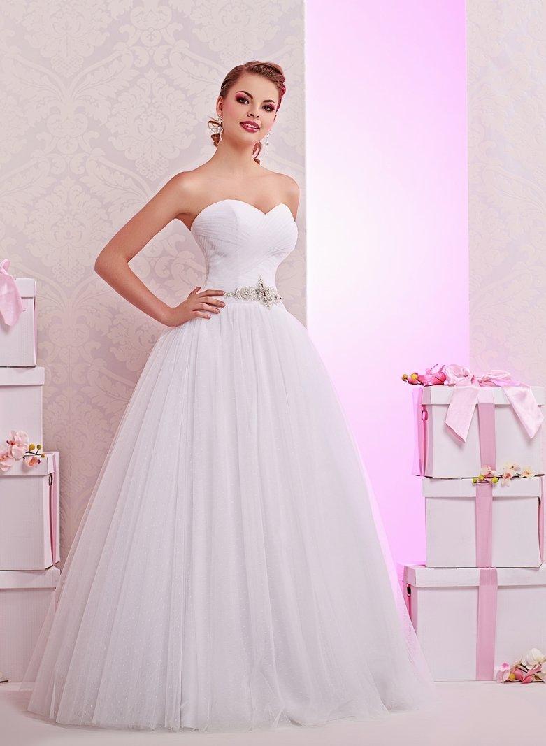 Изысканное свадебное платье с многослойным низом и сверкающим поясом.