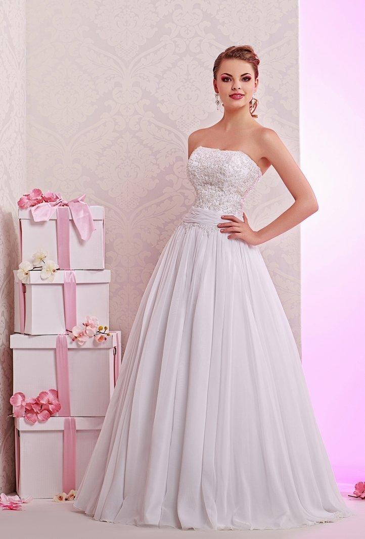 Открытое свадебное платье с пышным низом и фактурным кружевом на лифе.