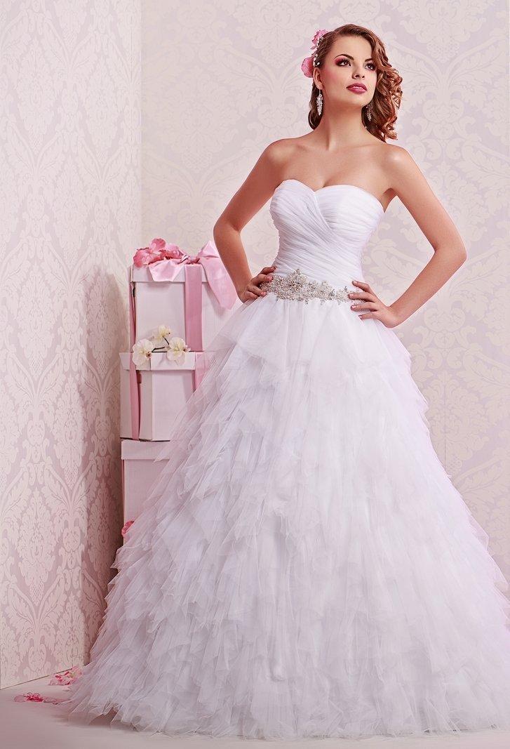 Невесомо свадебное платье с роскошным многослойным декором и открытым лифом.