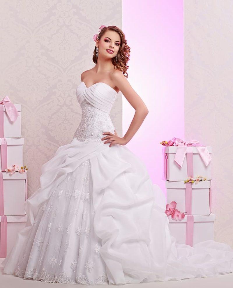 Открытое свадебное платье с неповторимой пышной юбкой и драпировками.
