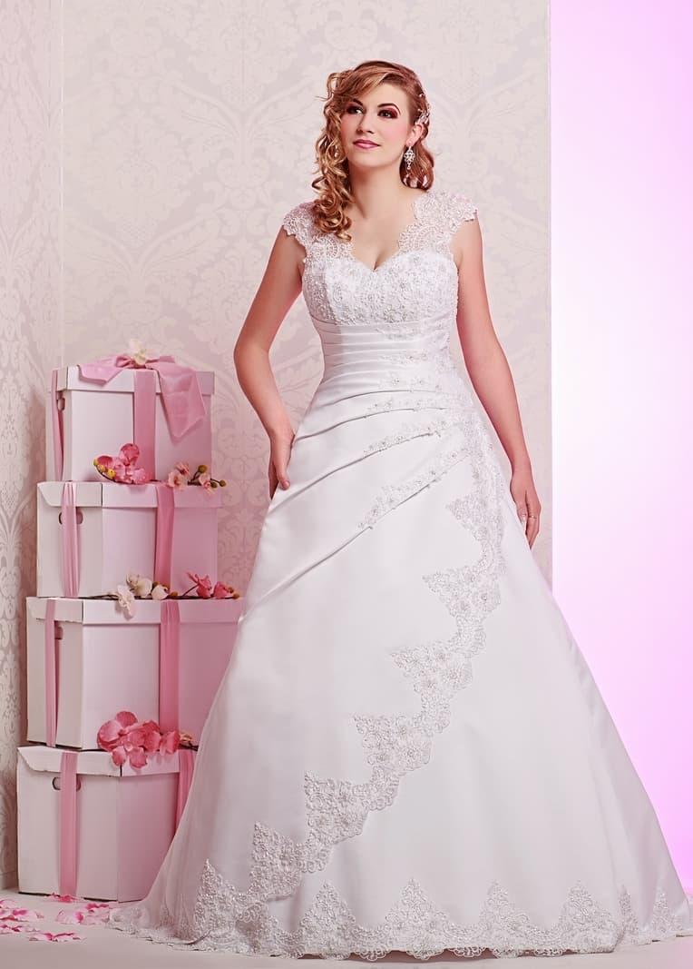 Изящное свадебное платье «принцесса» с деликатным шлейфом и широкими бретелями.