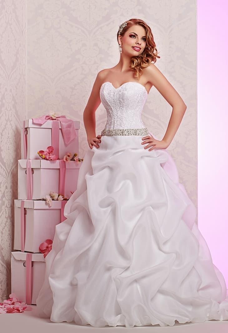 Шикарное свадебное платье пышного силуэта с облегающим лифом и серебристым поясом.