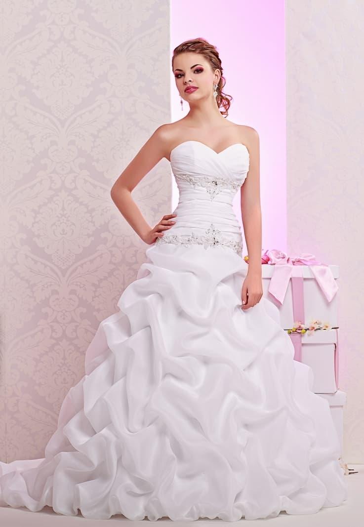 Свадебное платье со слегка заниженной талией и необычной пышной юбкой.