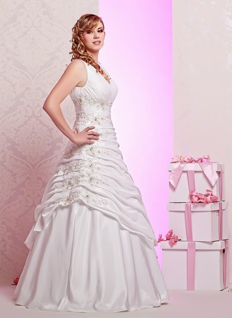 Оригинальное пышное свадебное платье с множеством оборок по юбке.