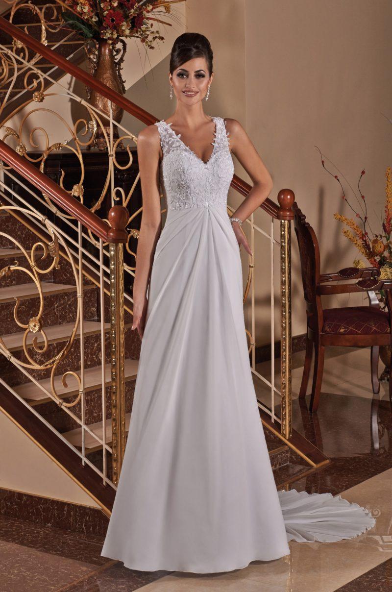 Деликатное свадебное платье с кружевным лифом с V-образным вырезом декольте.