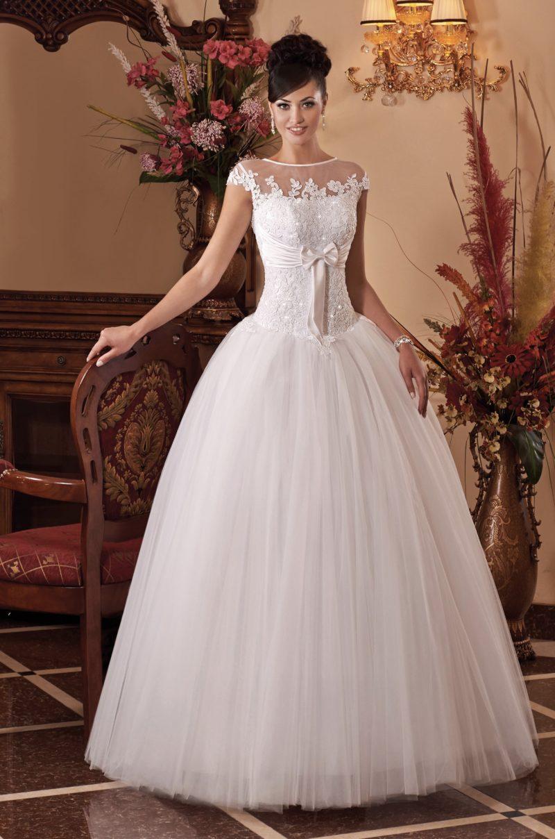 Торжественное свадебное платье с атласным поясом под лифом и тонкой вставкой сверху.