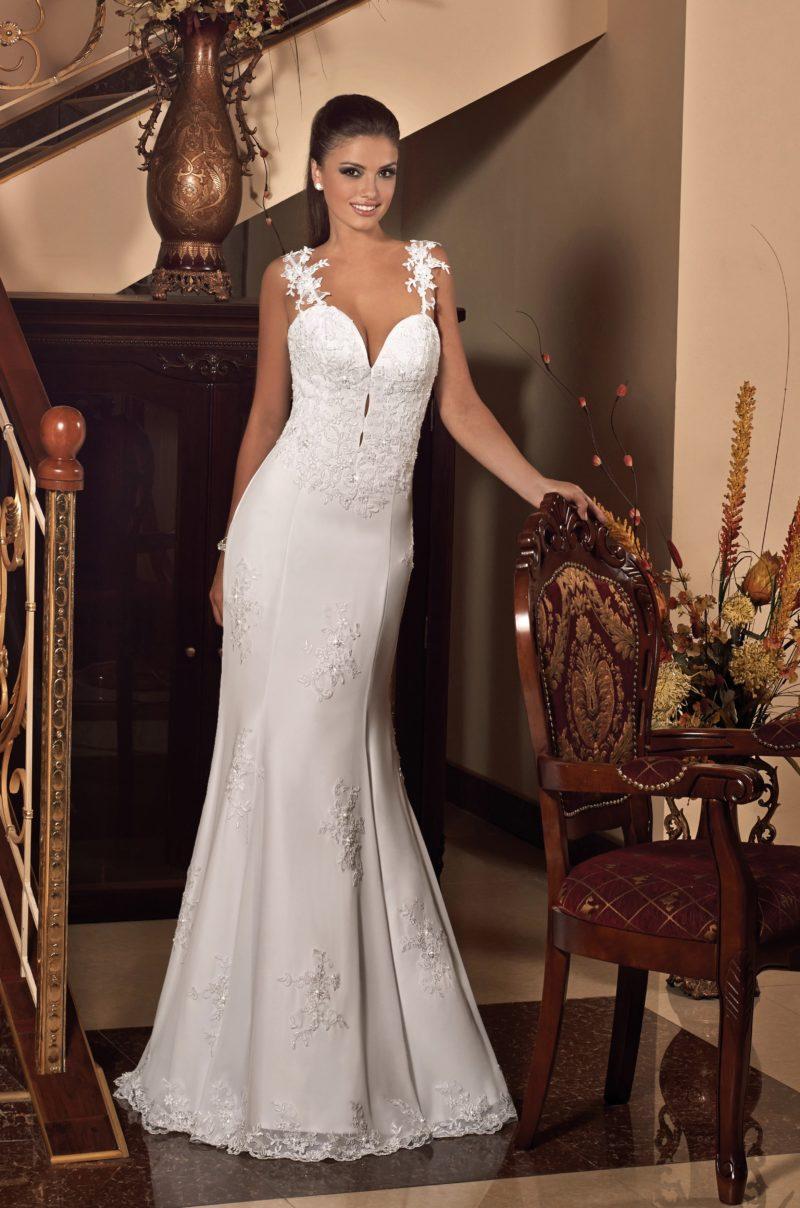 Свадебное платье с глубоким вырезом, бретелями из кружева и облегающей юбкой.