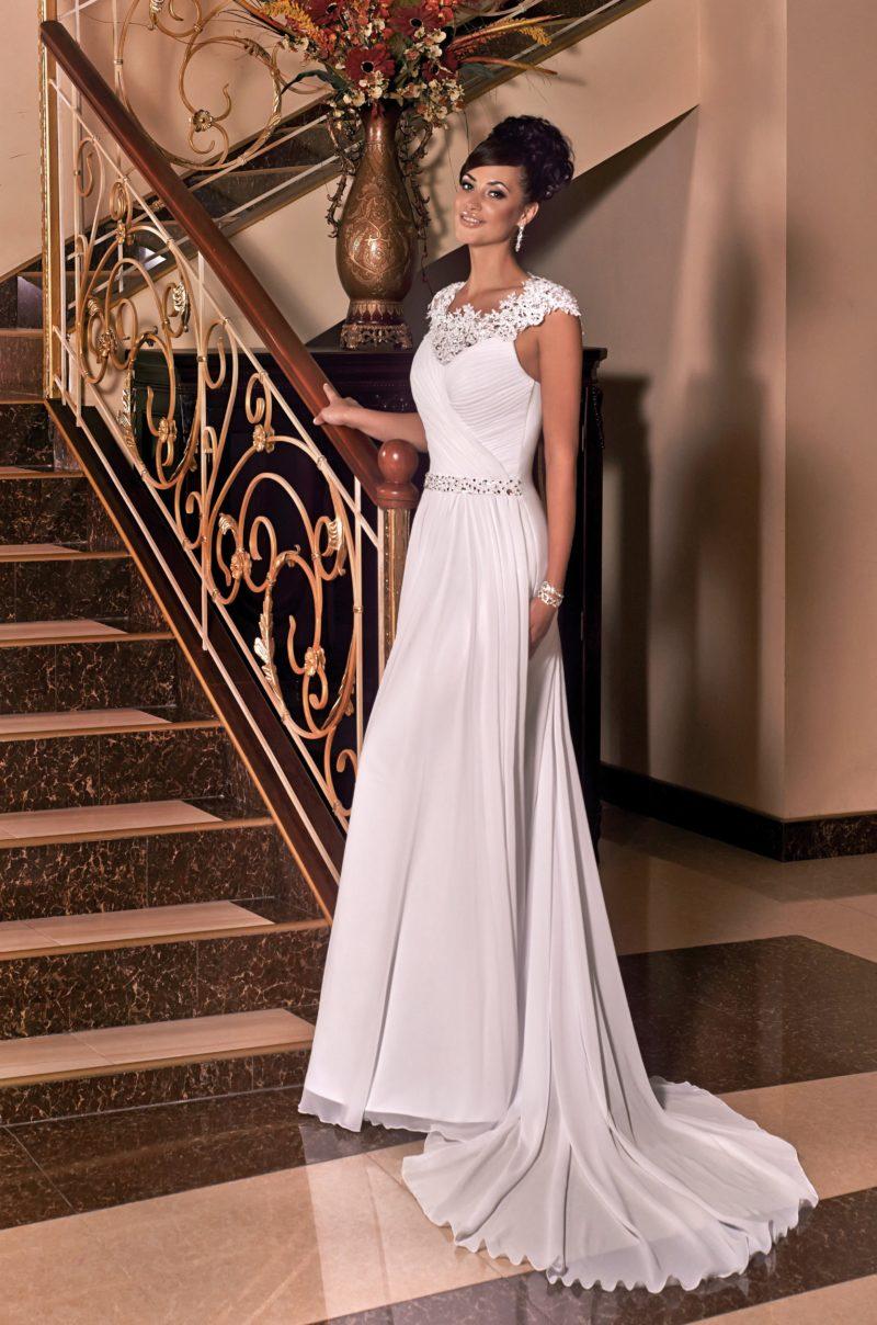 Прямое свадебное платье с вырезом на спинке и кружевным декором лифа.