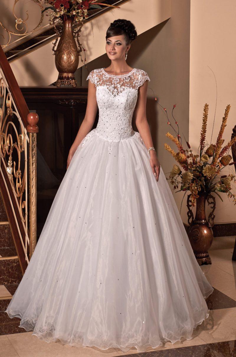 Шикарное свадебное платье пышного кроя, украшенное серебристым бисером.