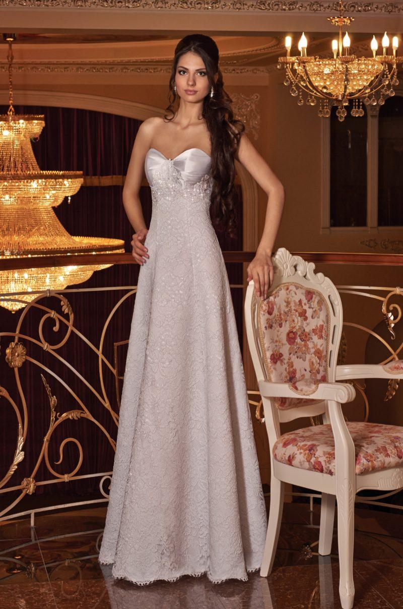 Кружевное свадебное платье с атласным лифом и юбкой кроя «трапеция».