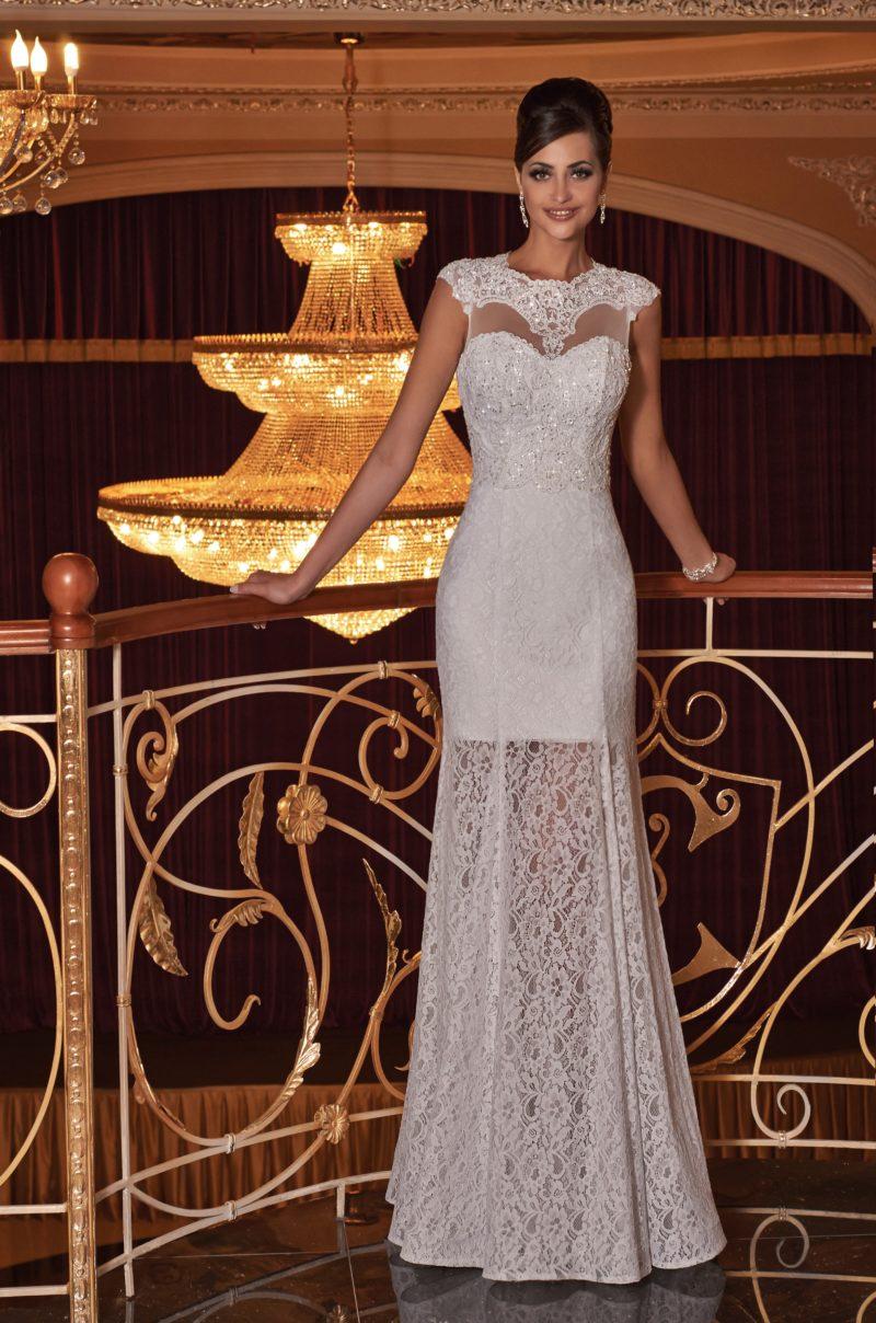 Оригинальное свадебное платье прямого кроя с полупрозрачной юбкой из кружевной ткани.