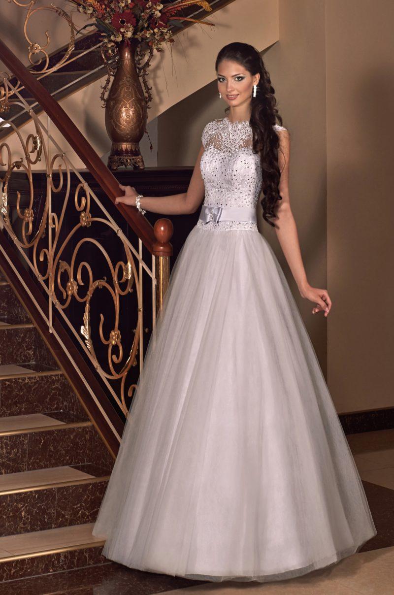 Пышное свадебное платье с кружевным верхом, расшитым серебристым бисером.