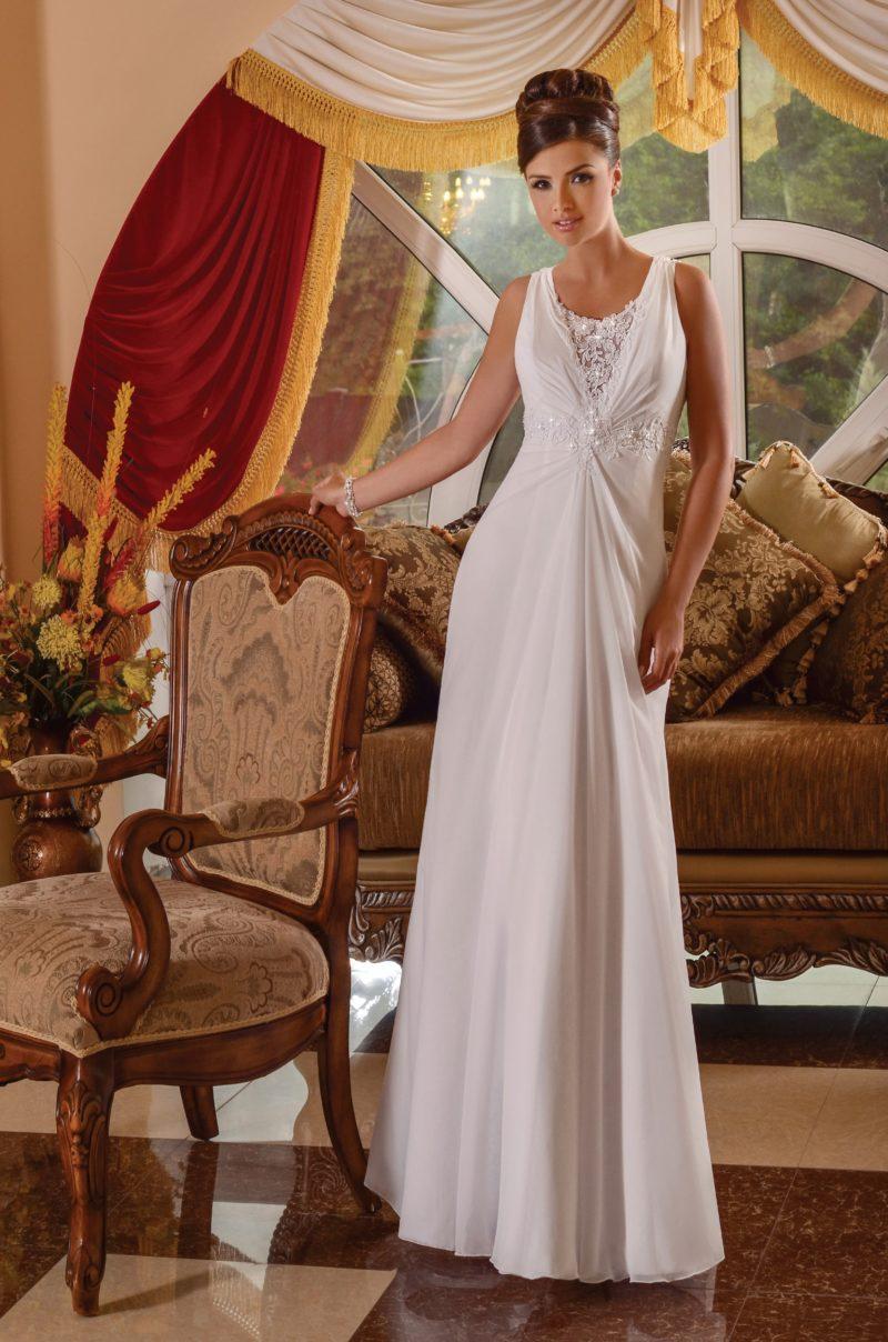Стильное свадебное платье с прямой юбкой и ажурной вставкой на спинке.
