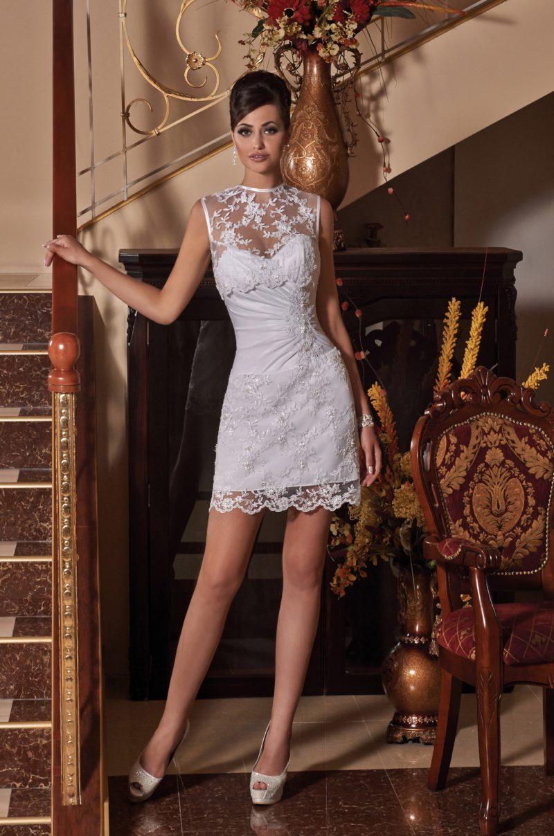 Свадебное платье-футляр с тонкой вставкой над вырезом и декором из драпировок.