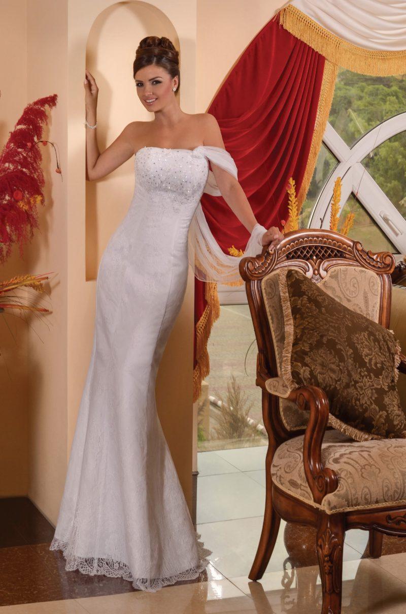 Облегающее свадебное платье с бисерной отделкой лифа и полупрозрачной бретелью.