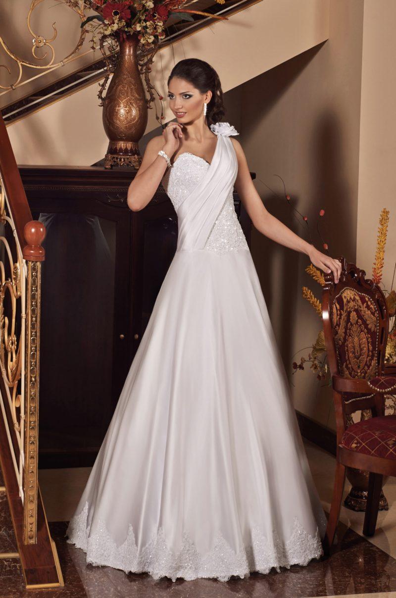 Свадебное платье «трапеция» с асимметричным лифом и драпировками по корсету.