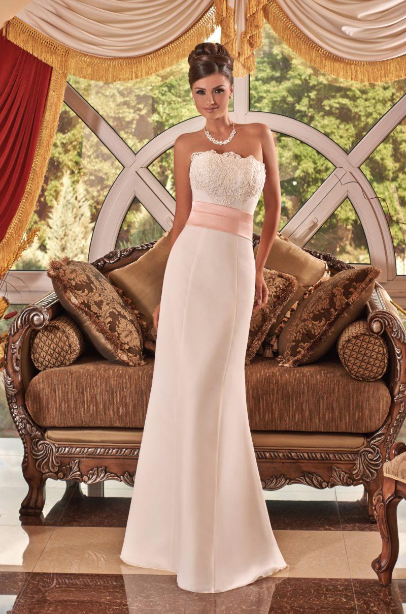 Атласное свадебное платье прямого кроя с широким поясом персикового цвета на талии.