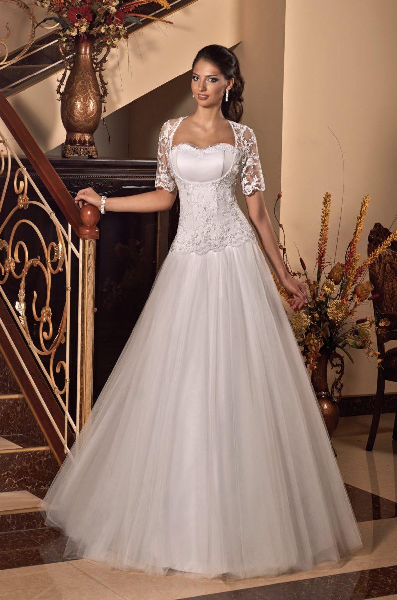 Пышное свадебное платье с изящными рукавами из тонкого кружева и атласным корсетом.