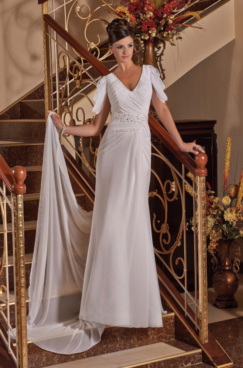 Прямое свадебное платье с эффектным длинным шлейфом и рукавами с оборками.