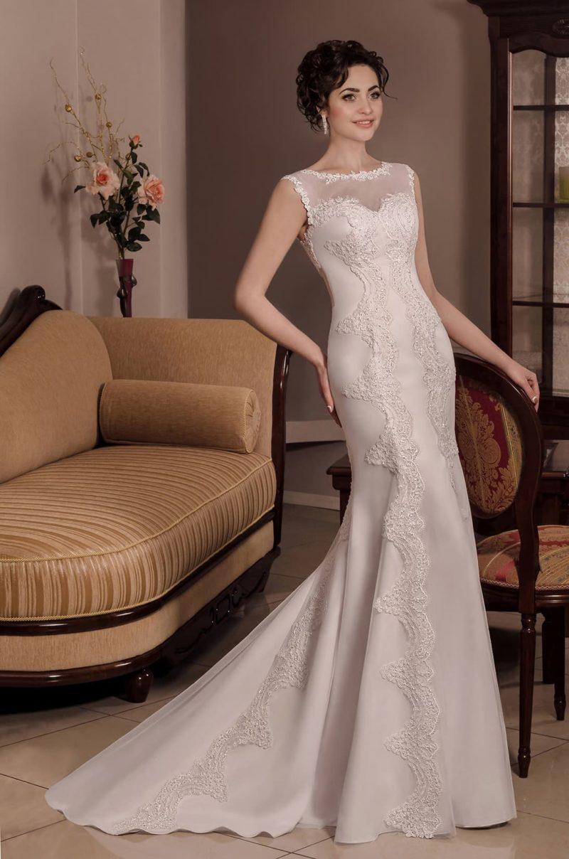 Свадебное платье прямого силуэта с длинным шлейфом и ажурной отделкой.