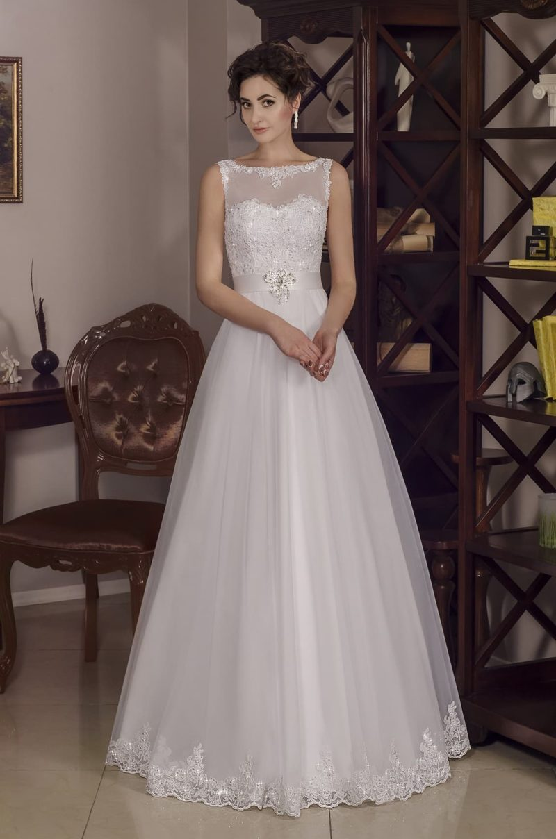 Классическое свадебное платье с атласным поясом, кружевным декором и пышной юбкой.