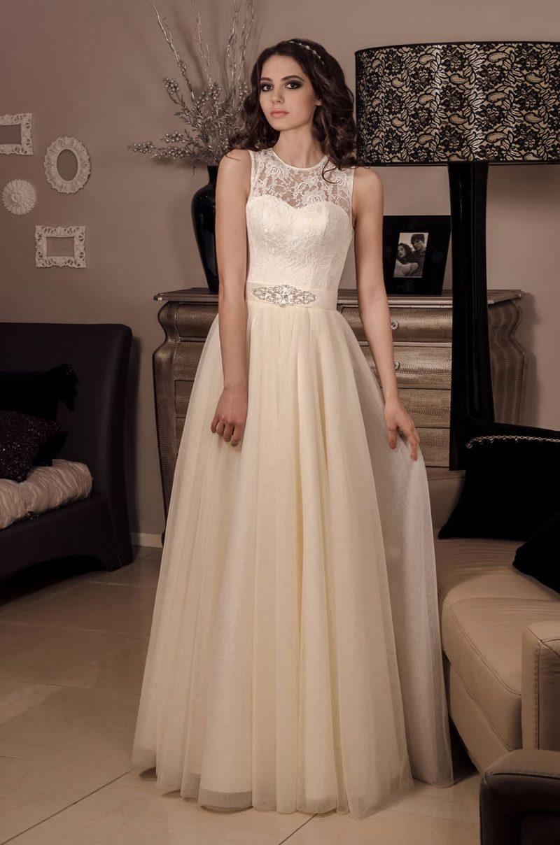 Бежевое свадебное платье с полупрозрачным кружевным верхом и изящным поясом.