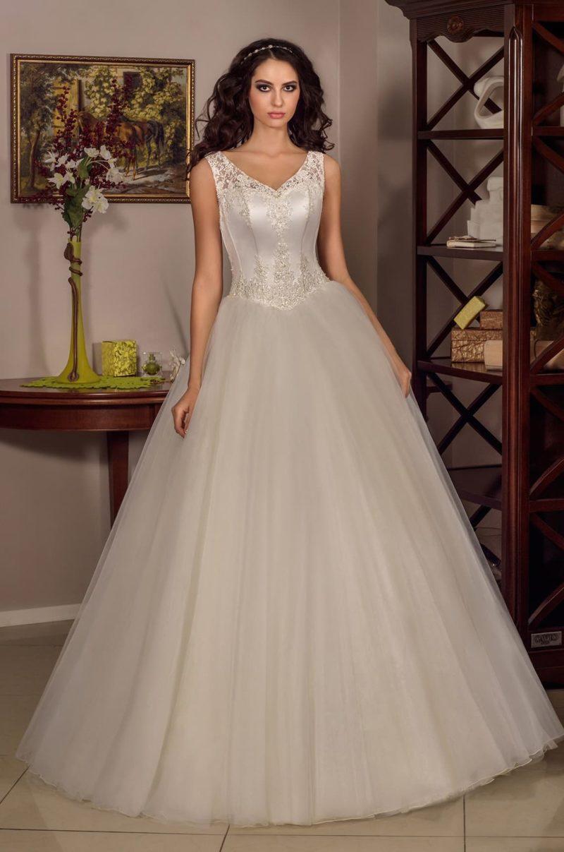 Торжественное свадебное платье с атласным корсетом, украшенным кружевом и бисером.