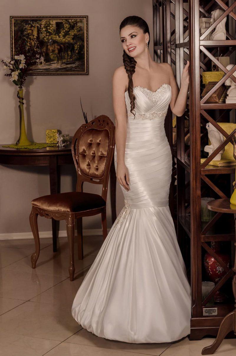 Глянцевое свадебное платье «рыбка» с драпировками и бисерной отделкой лифа в форме сердца.