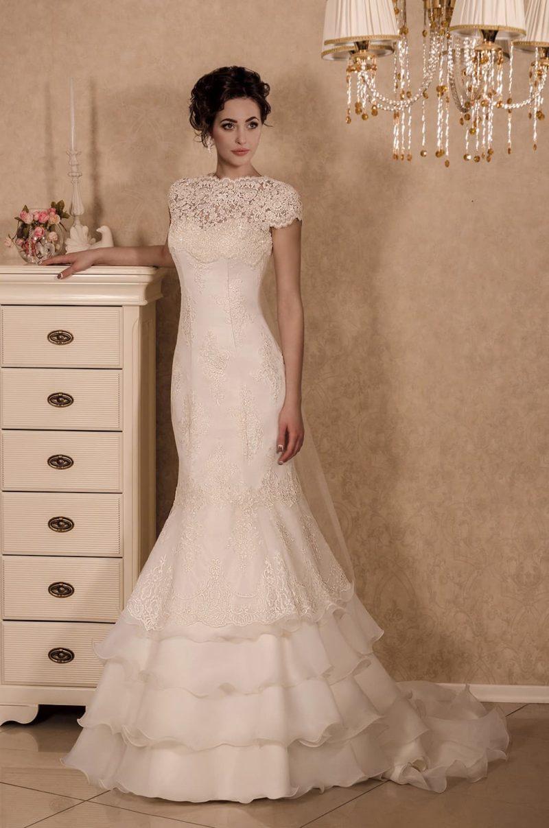 Изысканное свадебное платье с многоярусной юбкой «рыбка» и кружевными рукавами.