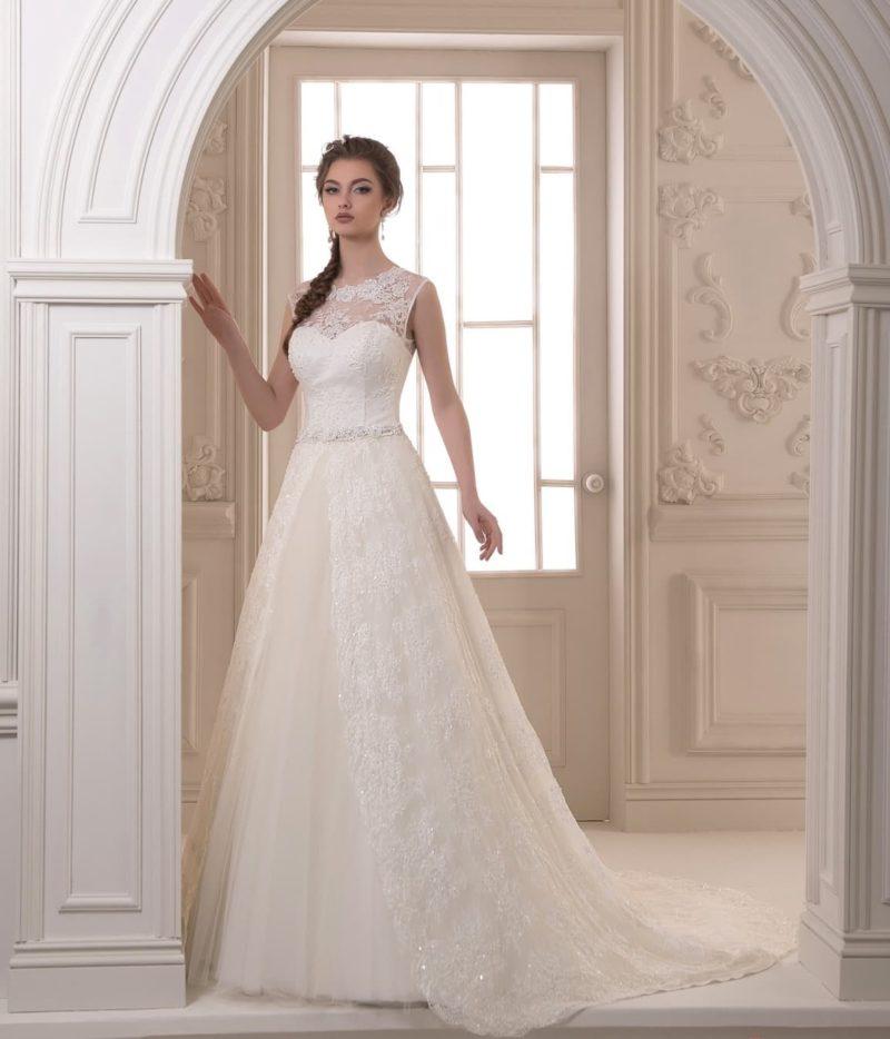 Свадебное платье с кружевной отделкой, спускающейся по юбке, и закрытым верхом.