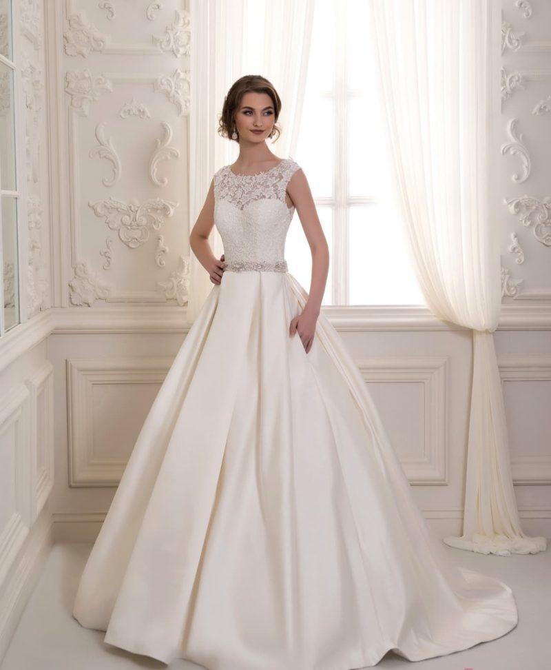 Закрытое свадебное платье с пышной атласной юбкой со скрытыми карманами.
