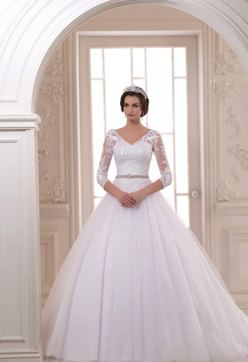 Свадебное платье А-кроя с небольшим V-образным вырезом и облегающими рукавами.