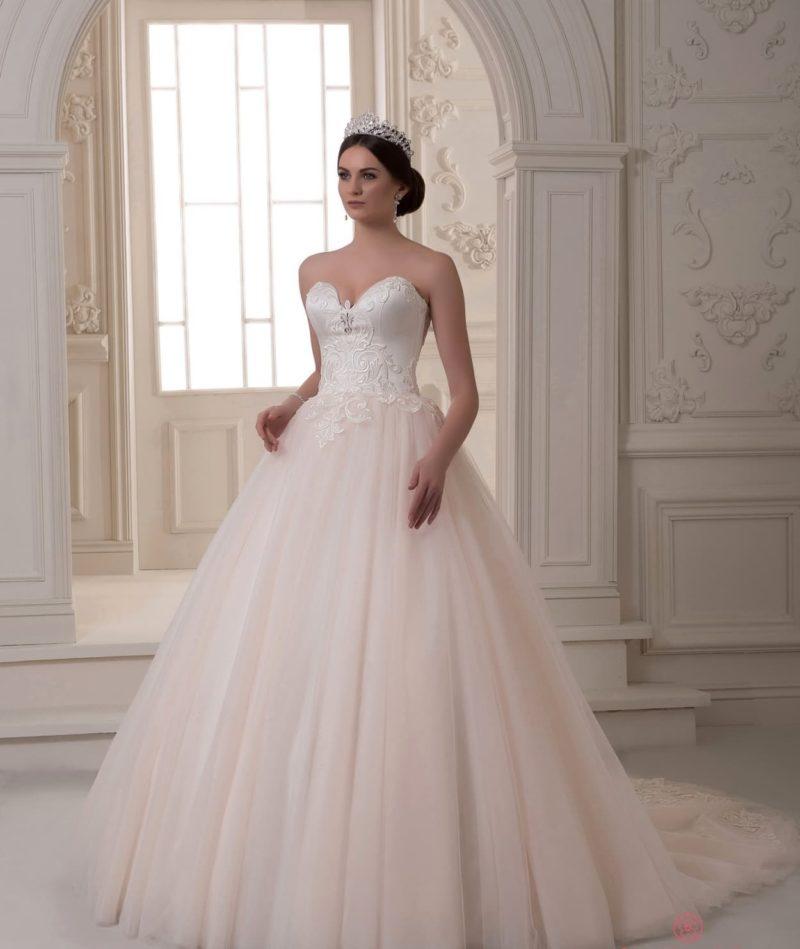 Пышное свадебное платье с атласным корсетом и юбкой персикового цвета.