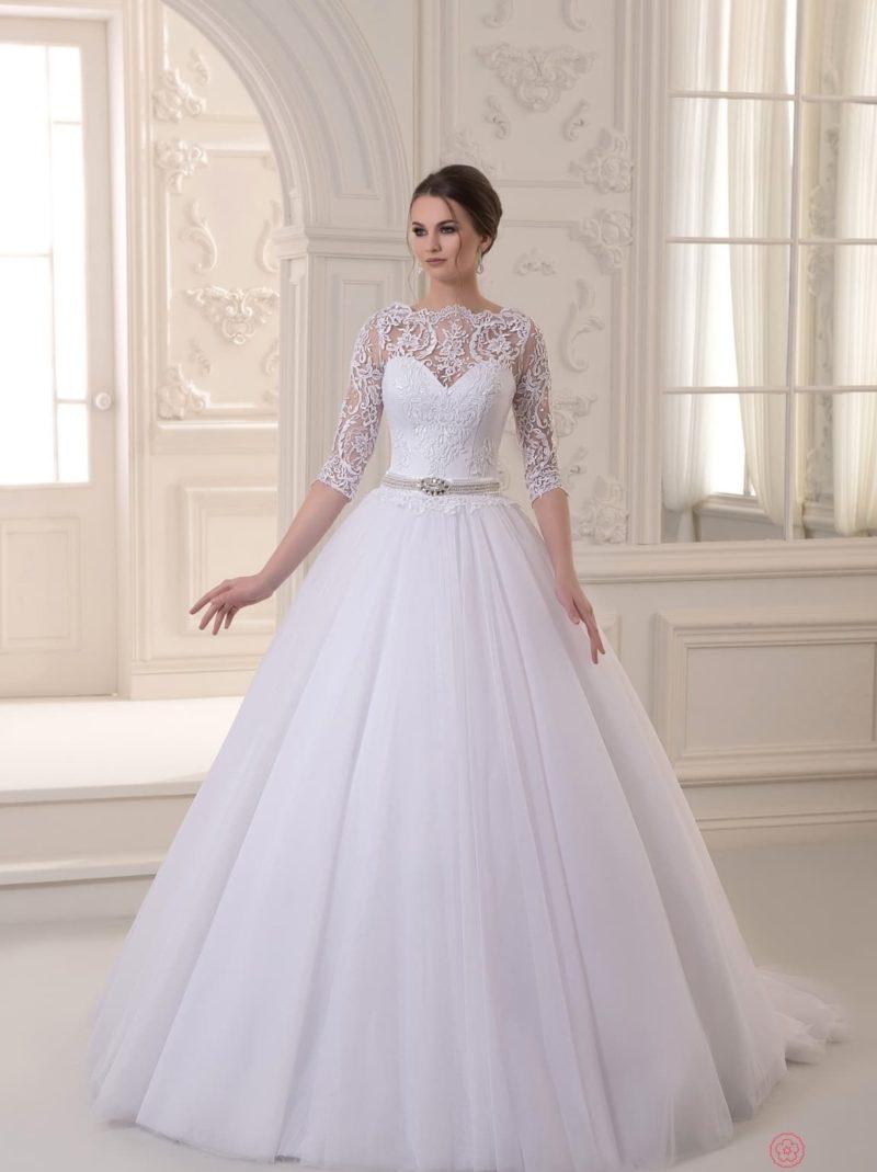 Пышное свадебное платье с кружевными рукавами и узкими блестящими рукавами.