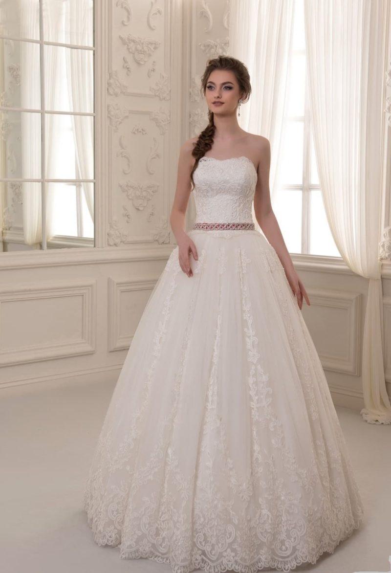 Роскошное свадебное платье пышного силуэта с фактурным корсетом с лифом прямого кроя.